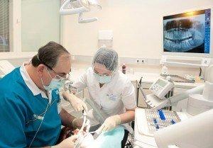 Jūsų odontologas gali dėti implantus per jūsų vietinę operaciją