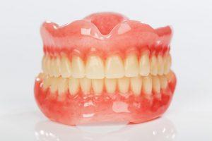 Netikri dantys gali pakeisti visus arba kai kuriuos jūsų natūralius dantis