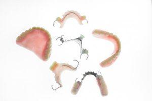 Netikrų dantų būna įvairių formų ir dydžių